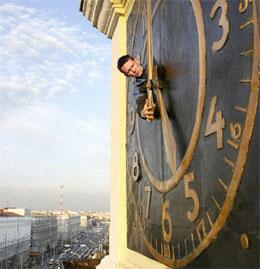 Кто  придумал переводить стрелки часов?