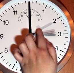 Зачем переводить часы на зимнее и летнее время?