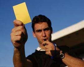 Кто и когда ввел в футбол красную и желтую карточку?