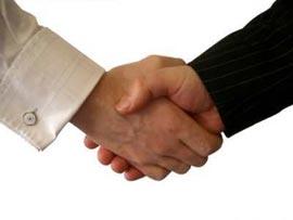 Как у мужчин появился обычай пожимать друг другу руки?