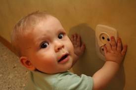 Что делать, если ребенка ударило электрическим током?