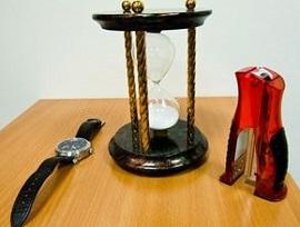 Кому преподнести песочные часы в подарок?